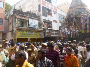 Security personnel and the chariot pullers, Kapali ther 2014